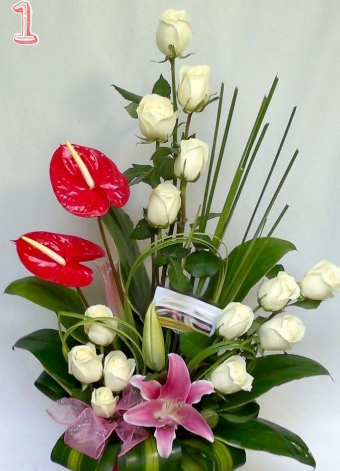 Arreglo Floral Con Rosas Anturios Y Lirios Incluye Anturios Sólo En Mayo Junio Y Julio